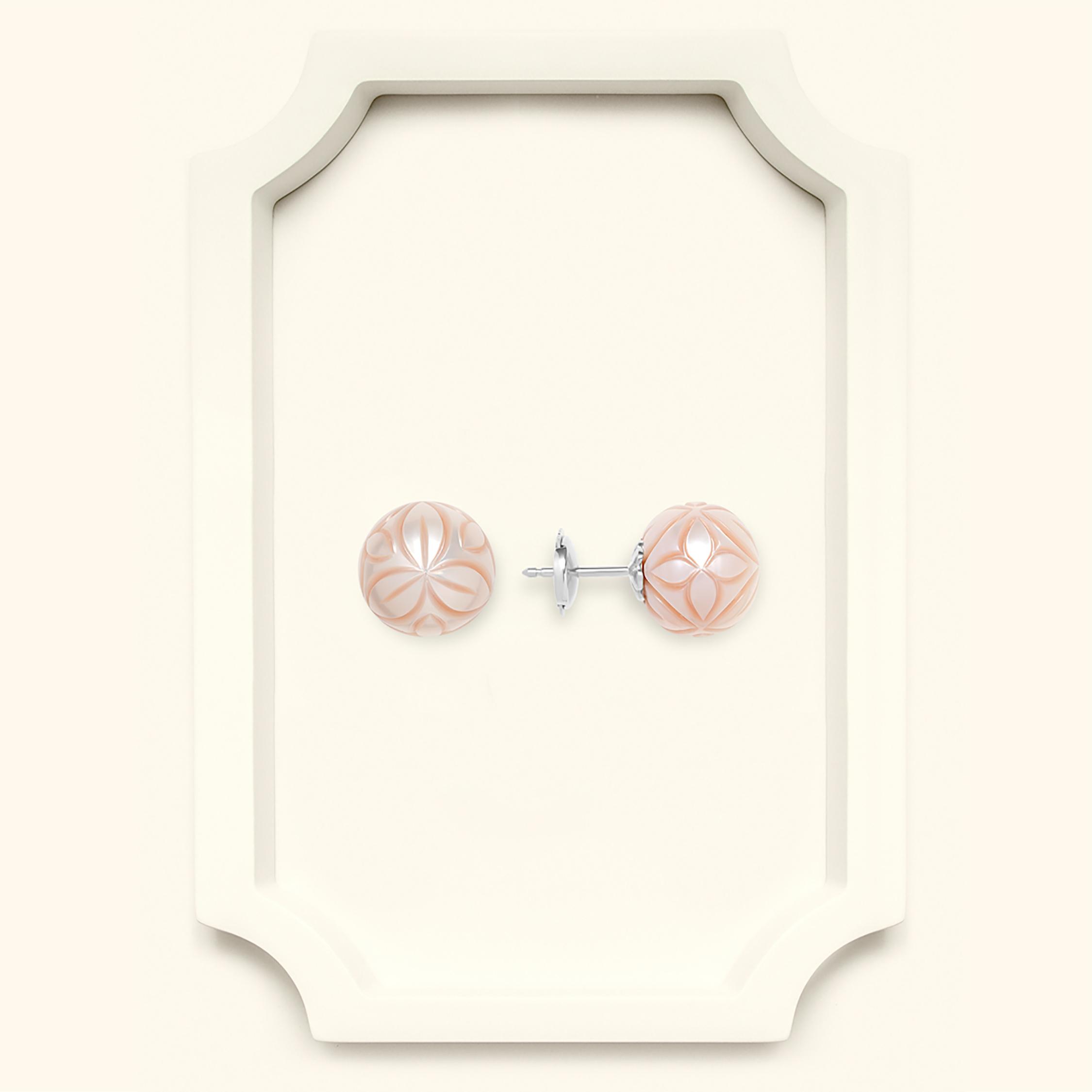 Al Zubarah stud earring carved freshwater pearl