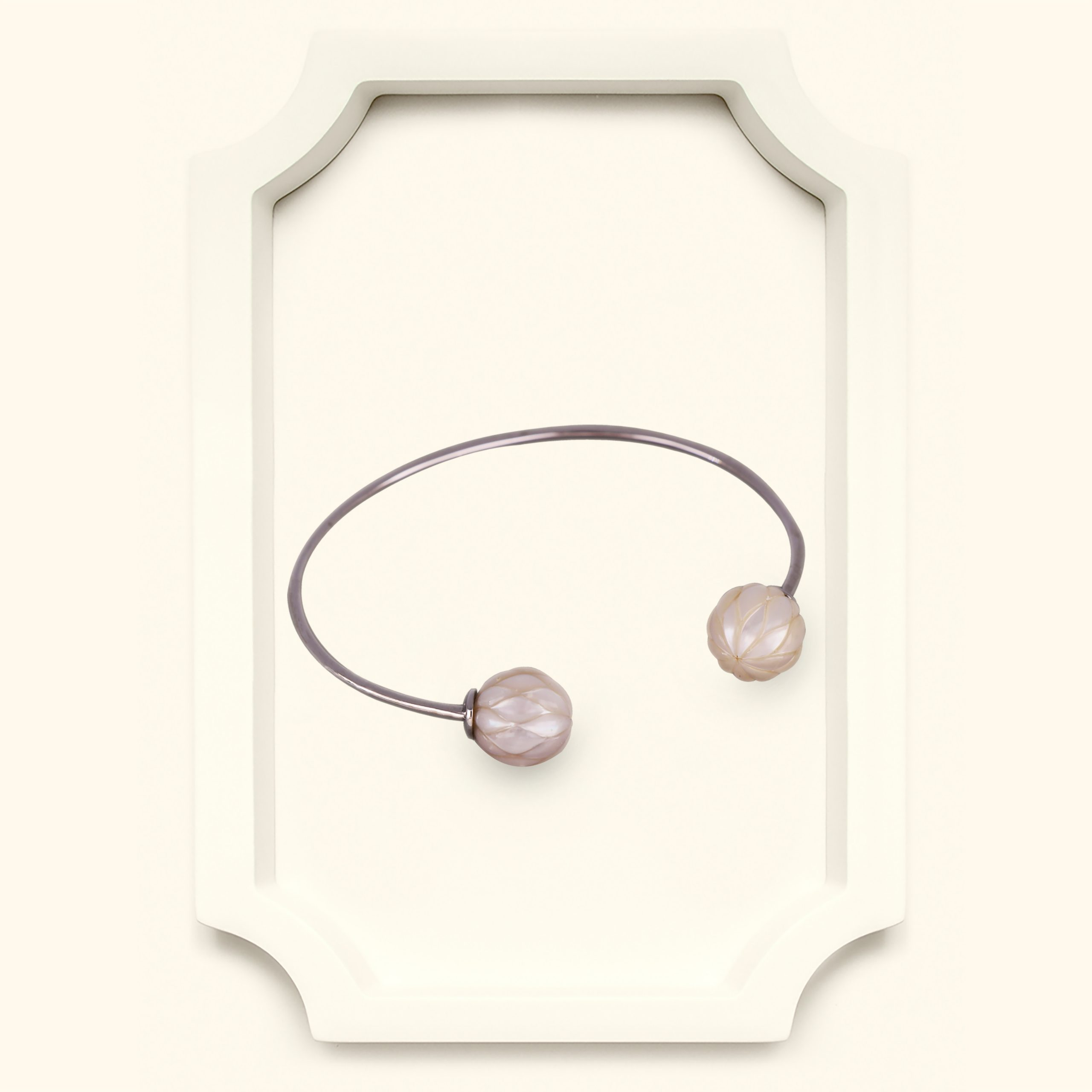 White gold with carved tahitian pearls bangle